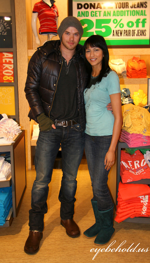http://images2.fanpop.com/image/photos/10000000/Kellan-Tinsel-at-Teens-for-Jeans-kellan-lutz-10039614-600-1050.jpg
