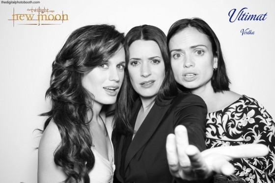 http://images2.fanpop.com/image/photos/10000000/New-Moon-Premiere-Of-Elizabeth-Reaser-Nikki-Reed-new-moon-movie-10091418-560-373.jpg