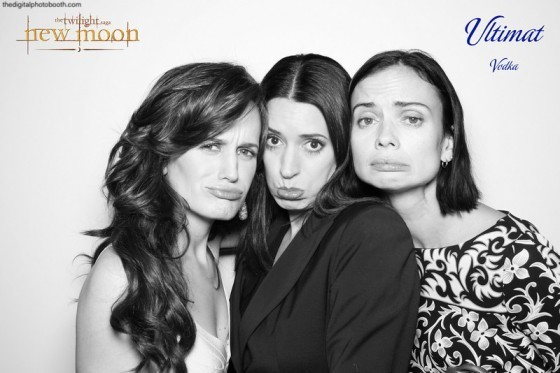http://images2.fanpop.com/image/photos/10000000/New-Moon-Premiere-Of-Elizabeth-Reaser-Nikki-Reed-new-moon-movie-10091420-560-373.jpg