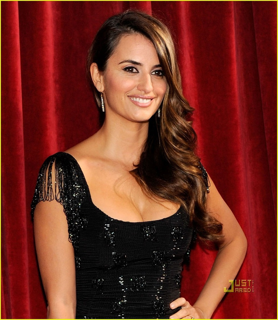 http://images2.fanpop.com/image/photos/10000000/Penelope-2010-SAG-Awards-penelope-cruz-10054908-977-1122.jpg