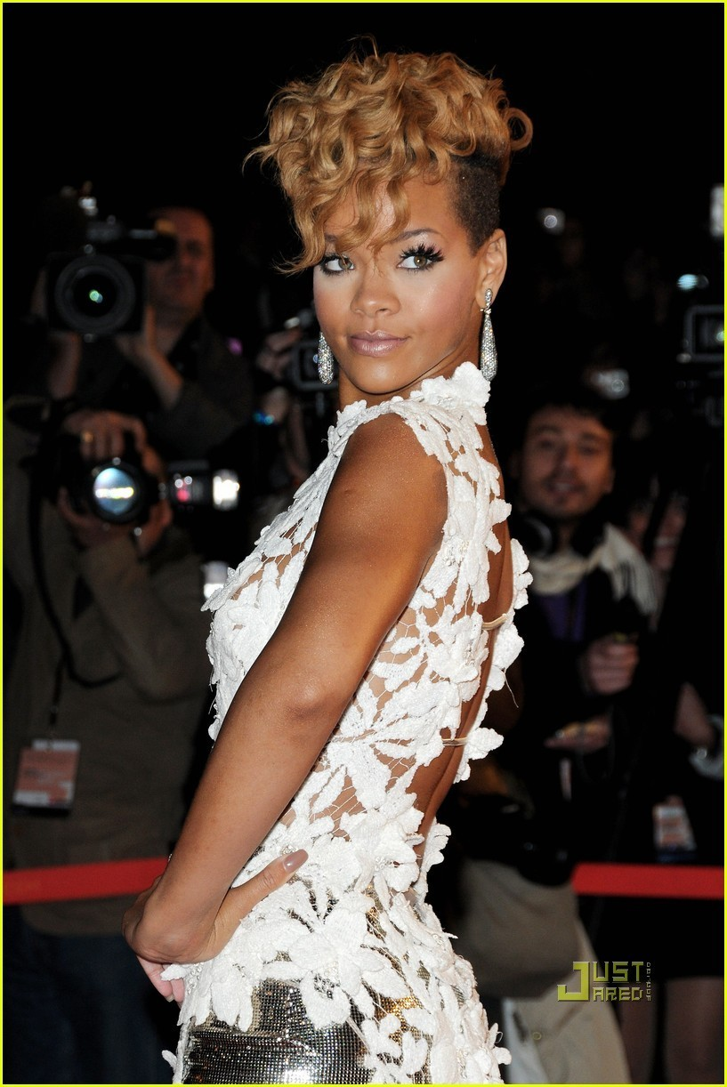 http://images2.fanpop.com/image/photos/10000000/Rihanna-2010-NRJ-Awards-rihanna-10053948-817-1222.jpg