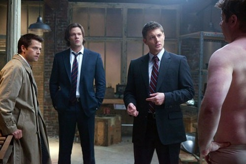 Sneak peek pic of Misha Collins, Jared Padalecki, Jensen Ackles and guest bintang Lex Medlin (as Cupid)