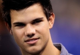 http://images2.fanpop.com/image/photos/10000000/Taylor-Lautner-At-The-AFC-Championship-Game-taylor-lautner-10075954-280-194.jpg