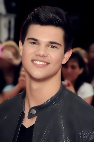 http://images2.fanpop.com/image/photos/10000000/Taylor-made-Jacob-Live-taylor-lautner-10069065-398-600.jpg