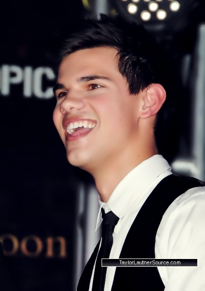 http://images2.fanpop.com/image/photos/10000000/Taylor-made-Jacob-Live-taylor-lautner-10069070-424-600.jpg