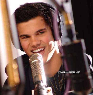 http://images2.fanpop.com/image/photos/10000000/Taylor-made-Jacob-Live-taylor-lautner-10069086-390-400.jpg