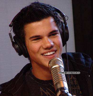 http://images2.fanpop.com/image/photos/10000000/Taylor-made-Jacob-Live-taylor-lautner-10069089-390-400.jpg