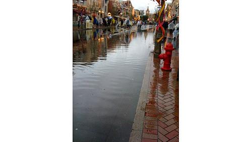 Unbelievable wallpaper called flooding in Disneyland !