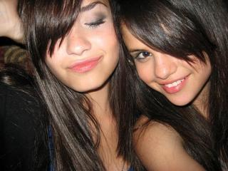 selena gomez dan demi lovato wallpaper entitled semei