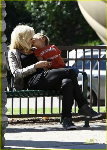Gwen Stefani Gets A Kingston kiss