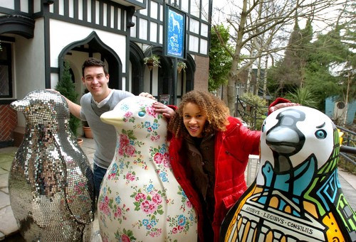 Hollyoaks cast support Liverpool pingüino, pingüino de auction