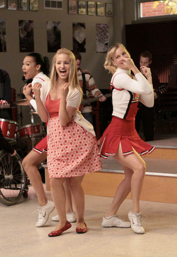 Quinn Fabray wallpaper entitled Quinn and the cheerios :)