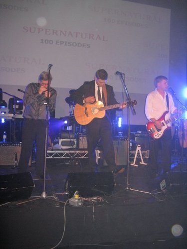 Jensen play the guitar at the 100 episodes' party