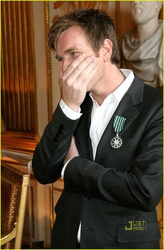 Jim Carrey & Ewan McGregor Share A Smooch