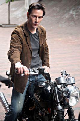 バイクに乗るキアヌ・リーブス