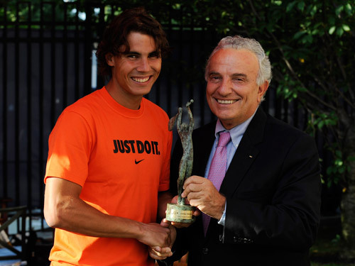 Rafael Nadal receives an award form the ITF during US OPEN 2009
