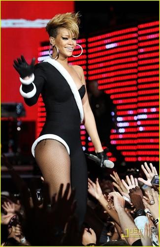 Rihanna Touches Down For Pepsi peminat jem