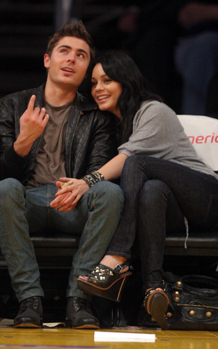 Zac and Vanessa at a বাস্কেটবল game (Feb 3)