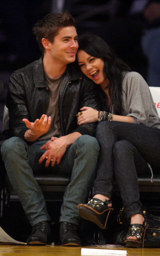 Zac and Vanessa at a bóng rổ game (Feb 3)