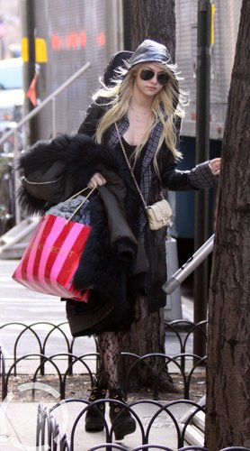 Jan 18: On the 'Gossip Girl' set in NYC