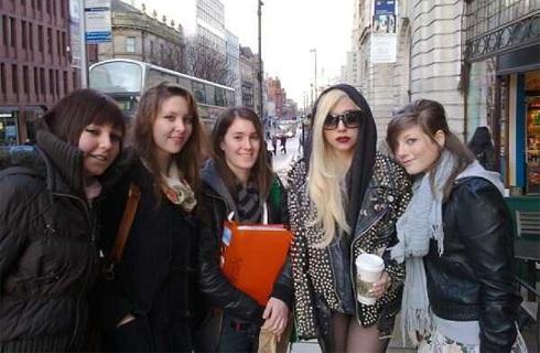 Lady GaGa with mashabiki in England