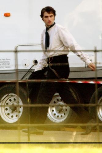 New चित्रो of Robert Pattinson on Bel Ami Set