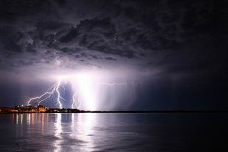 God-The creator 壁纸 called lightening
