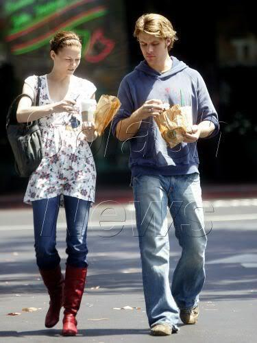 2006 - with Jesse Spencer picking up a morning coffee at Beverly Hills স্টারবাক্স্‌ - 16.08