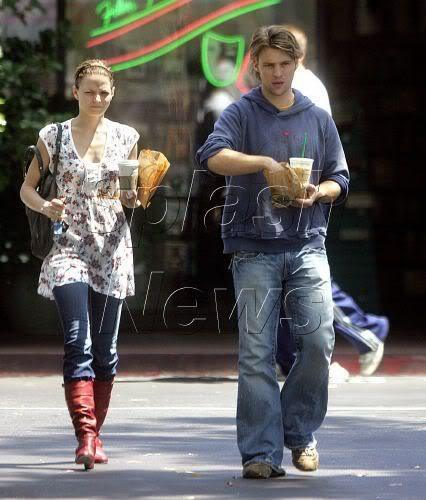 2006 - with Jesse Spencer picking up a morning coffee at Beverly Hills スターバックス - 16.08