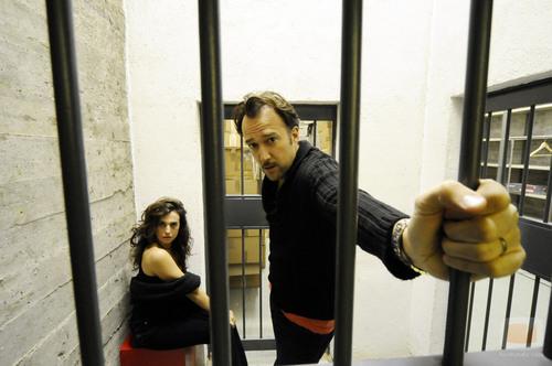 Carlos Leal y Lola Baldrich entre rejas