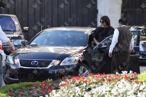 Lisa shopping in LA 16 feb. 2010