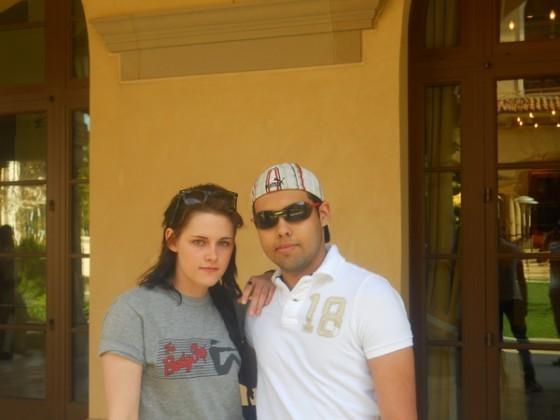 New Picture of Kristen Stewart Posing With a fan