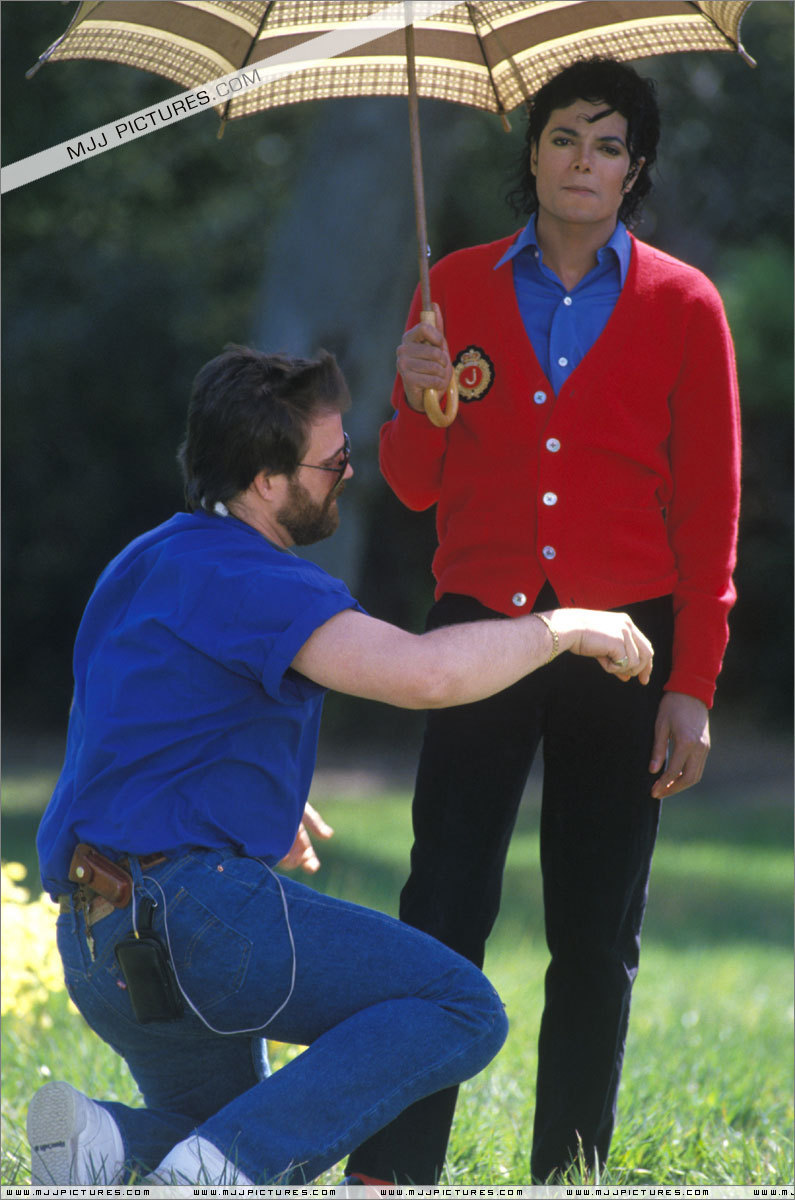 OH NO! WHAT THAT MAN DOING TOUCHING OUR SEXAAYYY MICHAEL :O