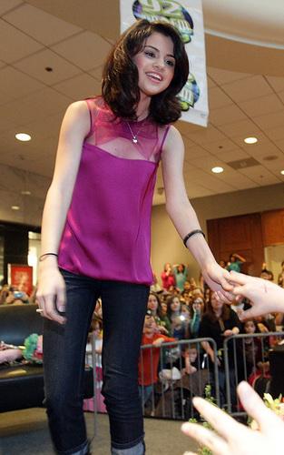selena in equamerald mall,13 feb,2010