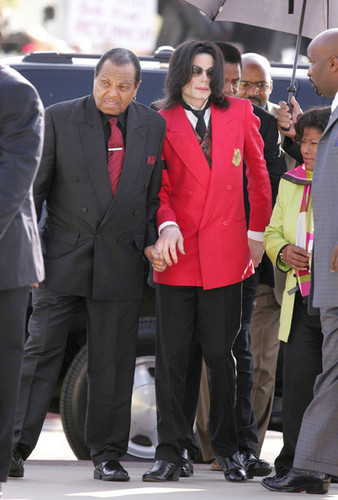 AWW FATHER AND SON, HOLDING HANDS!Finally Joe accepted MJ as his son :/ God bless them all ;) <3