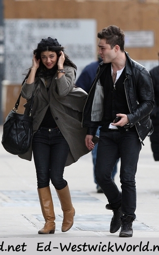 Ed Westwick wallpaper entitled Ed & Jessica Szohr Out To Lunch