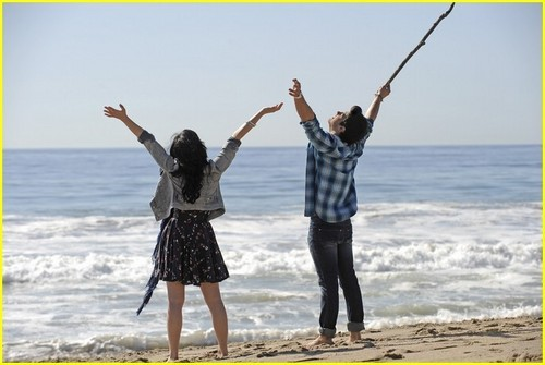 "Joe and Demi""make a wave"""