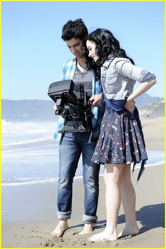 "Joe and Demi""make a wave"""