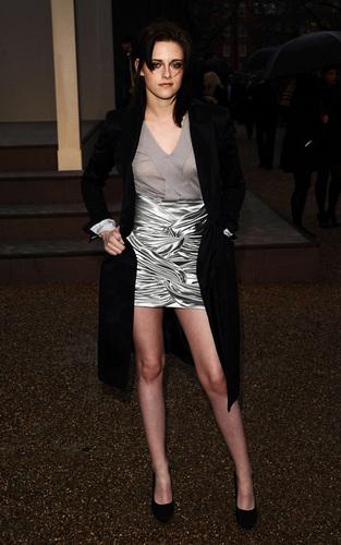 Kristen at the burberry Prorsum প্রদর্শনী - লন্ডন Fashion Week (February 23).