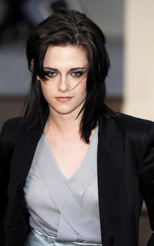 Kristen at the 버버리, 버 버 리 Prorsum Show - 런던 Fashion Week (February 23).