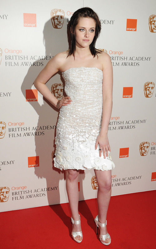 Kristen Stewart wins the laranja Rising estrela Award at the BAFTA's 2010 Congratulations Kristen !!!