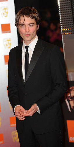 lebih Pictures of Rob Pattinson at BAFTA (02.21.10)