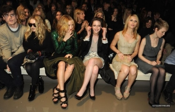 New Pictures of Kristen Stewart During The impermeável, burberry Prorsum Show
