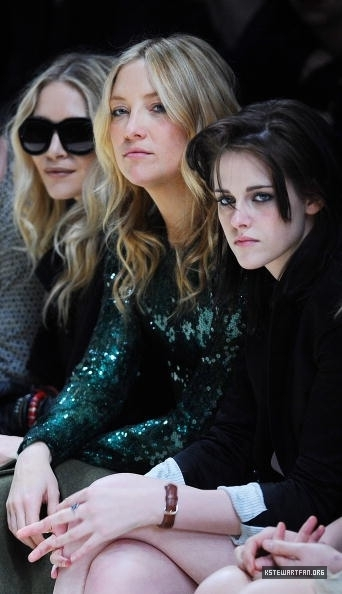 New Pictures of Kristen Stewart During The burberry Prorsum mostrar