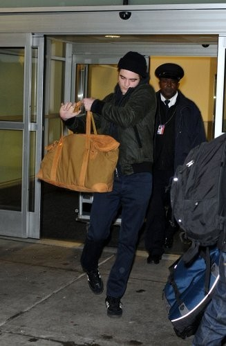 5 Brand New picha Of Robsten Arriving in NYC