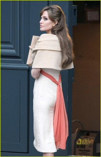 Angelina Jolie wallpaper titled Angelina jolie on the set of the tourist!!
