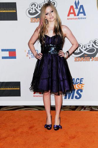 Avril Lavigne in a cool dress =P