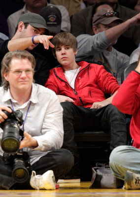 Candids > 2010 > February 28th - Lakers Game