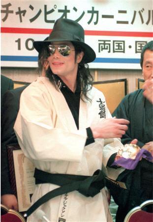 Vos photos favorites de Michael - Page 40 Karate-MJ-michael-jackson-10610678-311-450