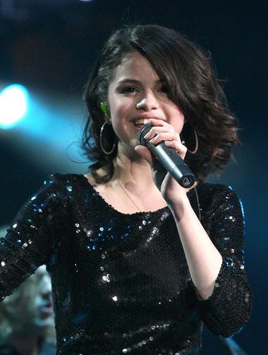 Selena At Pop Con 2010